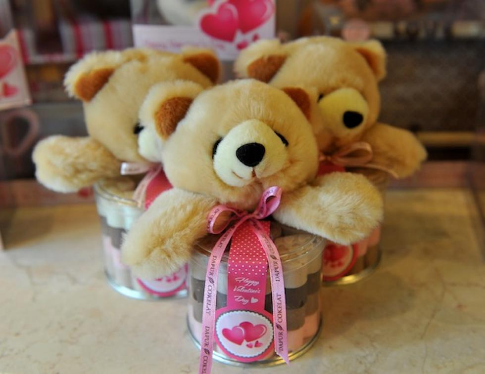 guys do women really want a big teddy bear for valentines day survey says
